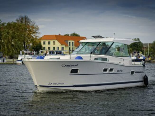 FB Yachtcharter :: Motoryacht Constancia Frontansicht